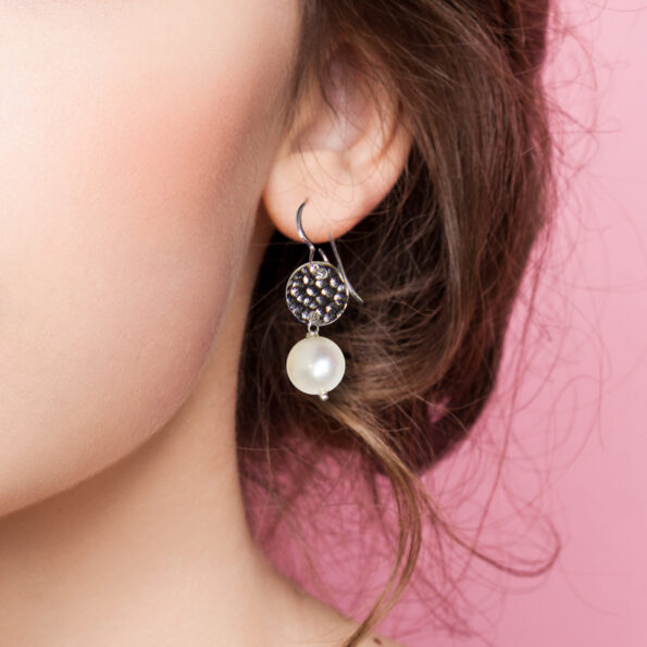 earrings pearl hammered coin crop model